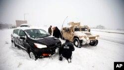 بسیاری جاده های پایتخت ایالات متحده به خاطر بارش برف شدید مسدود شده است.