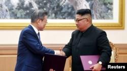 Prezidan sidkoreyen Moon Jae-In ak bay Lidè Kim Jong Un Lamen apre Siyatu Yon Deklarasyon Konjwen nan Pyongyang..Reuters/