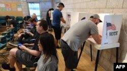 Виборці в Каліфорнії під час ранніх голосувань, 3 листопада 2018 року