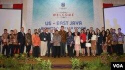Gubernur Jatim Soekarwo, Dubes AS untuk Indonesia Robert O. Blake dan delegasi dagang AS berfoto bersama pada US-East Java Business Outreach Mission di Grahadi, Selasa 22/3 (VOA/Petrus).