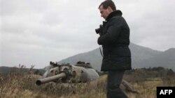 Tổng thống Nga Medvedev đã đi thăm một trong những hòn đảo Nhật tuyên bố chủ quyền, khiến Nhật giận dữ và triệu hồi Ðại sứ từ Moscow về để hội ý