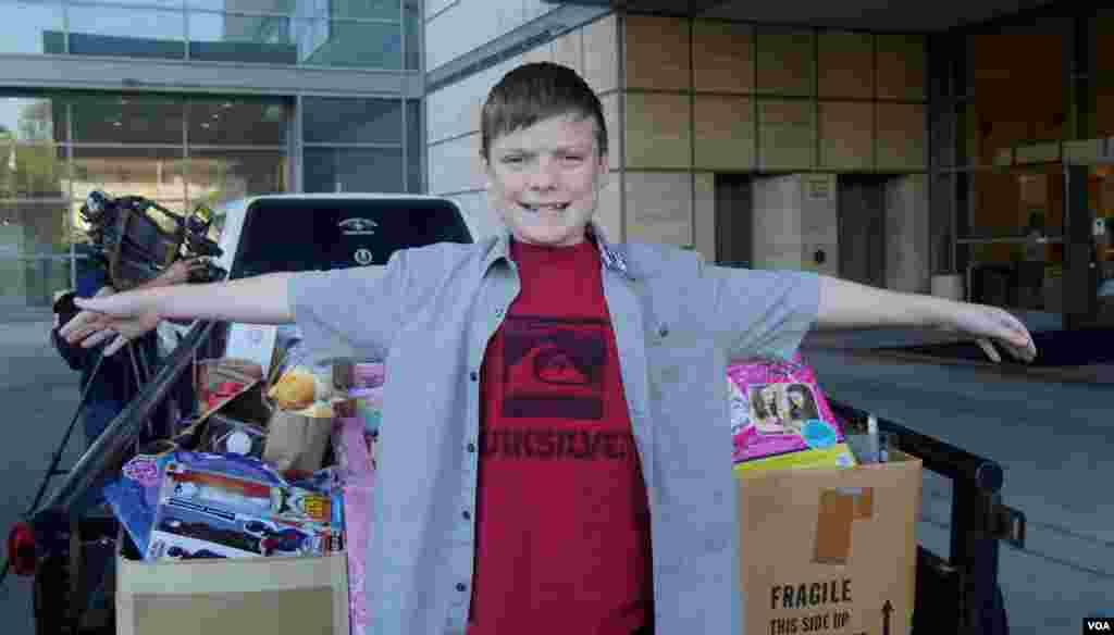 为病童募集圣诞玩具的11岁男孩凯西(美国之音国符拍摄)
