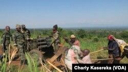 Les forces congolaises patrouillent dans le parc national de Virunga, en RDC, le 31 mai 2017. (VOA/Charly Kasereka)