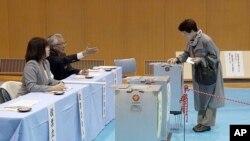 Gradjanka Japana glasa na izborima, 22. oktobar, 2017.