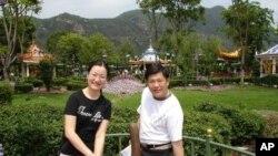 中山台商協會秘書長葉律松(右)與葉太太攝於香港迪士尼樂園(由被訪者提供)
