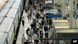 21일 추석을 앞두고 귀성객들로 붐비는 한국 서울역.