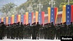 Más de 120 soldados venezolanos han sido detenidos desde que se iniciaron los disturbios en Venezuela.