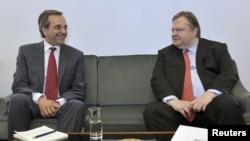 Pemimpin partai konservatif Demokrasi Baru, Antonis Samaras (kiri) dalam pembicaraan dengan pemimpin partai sosialis PASOK, Evangelos Venizelos (18/6).