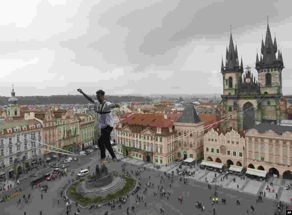 បុរសម្នាក់ដើរលើខ្សែដែលចងភ្ជាប់នឹងអគារមួយនៅទីលាន Old Town ក្នុងក្រុង Prague សាធារណរដ្ឋឆែក។ ការសម្តែងនេះជាផ្នែកមួយនៃយុទ្ធនាការមួយដើម្បីគាំទ្រដល់មនុស្សដែលជំងឺទឹកនោមផ្អែម។