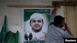 အသတ္ခံလိုက္ရတ့ဲ Fadi al-Batash ပုံကို မိသားစုအိမ္ေရွ႔မွာကပ္ထားပုံ၊ ဧၿပီ ၂၁၊ ၂၀၁၈။