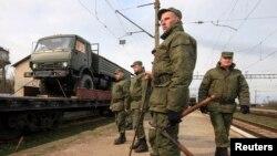 运载俄罗斯军车的火车4月1日驶进克里米亚
