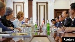 러시아 모스크바를 방문한 북한 최고인민회의 최태복 의장(오른쪽 세번째)이 23일 발렌티나 마트비옌코 러시아 상원의장(왼쪽 네번째)과 회담을 가지고 있다.
