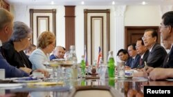 지난 6월 러시아 모스크바를 방문한 북한 최고인민회의 최태복 의장(오른쪽 세번째)이 발렌티나 마트비옌코 러시아 상원의장(왼쪽 네번째)과 회담하고 있다. (자료사진)