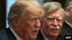 Presiden AS Donald Trump (kiri) dan Penasihat Keamanan Nasional John Bolton (foto: dok).