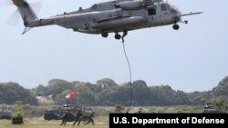 미 해병대원들이 지난해 4월 일본 사세보 아이노우라 기지에서 상륙훈련을 실시했다.