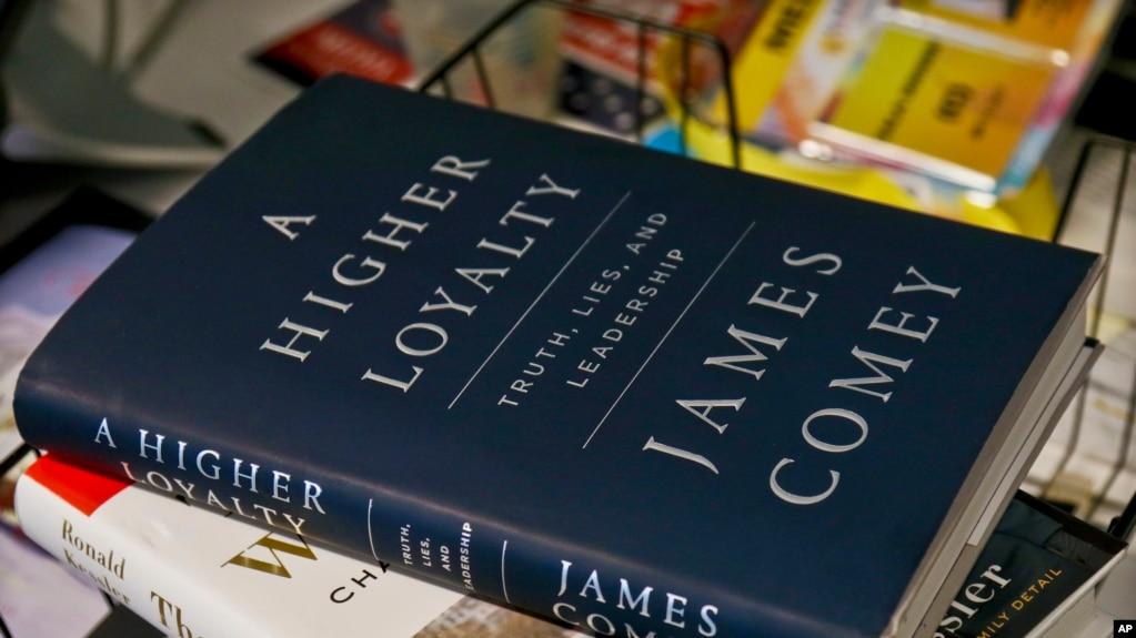 """Sách của cựu Giám đốc FBI James Comey """"A Higher Loyalty: Truth, Lies and Leadership,"""" được trưng bày tại New York ngày 13/4/2018."""