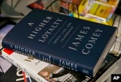 Primerak knjige bivšeg direktora FBI-a Džejmsa Komija.
