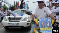 """""""I have arrived now,"""" Sam Rainsy said. """"I will be with you. Let me shake your hands, let me take you by the shoulder. I'll struggle together with you to rescue our nation."""""""