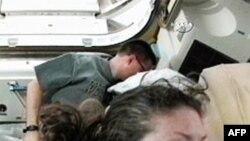 Cơ quan NASA cho biết 2 phi hành gia Dough Wheelock và Tracy Caldwell (phía trước) sẽ đi bộ trong không gian vào thứ Bảy để thực hiện việc sửa chữa