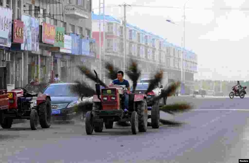 ٹریکٹر کے پیچھے جھاڑو لگا کر سڑک کو صاف کرنے کا ایک انوکھا انداز۔
