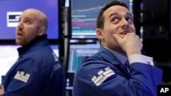 纽约股票交易所的专业人员约翰·帕里西(左)和迈克尔·加格里亚诺。(2018年2月6日)