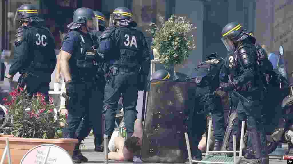 Des policiers français appréhendent des supporters de foot lors d'affrontements à Marseille, le 11 juin 2016.
