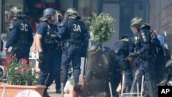 Les policiers interpellent des supporters anglais, Marseille, 11 juin, 2016. (AP Photo/Darko Bandic)
