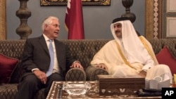 លោករដ្ឋមន្ត្រីការបរទេសស.រ.អា. Rex Tillerson ជួបជាមួយនឹងមេដឹកនាំប្រទេសកាតាគឺលោក Sheikh Tamim Bin Hamad Al Thani នៅវិមាន Sea Palace ក្នុងក្រុង Doha ប្រទេសកាតា កាលពីថ្ងៃទី១១ ខែកក្កដា ឆ្នាំ២០១៧។