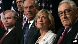 美国前任商务部长芭芭拉·富兰克林女士和前国务卿基辛格(右)参加公共活动(2005年月23日)