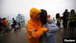 한국 세월호 침몰 사고수습 현장 지휘본부가 있는 전라남도 진도군 팽목항에서 18일 실종자 가족들이 애타게 구조 소식을 기다리고 있다.