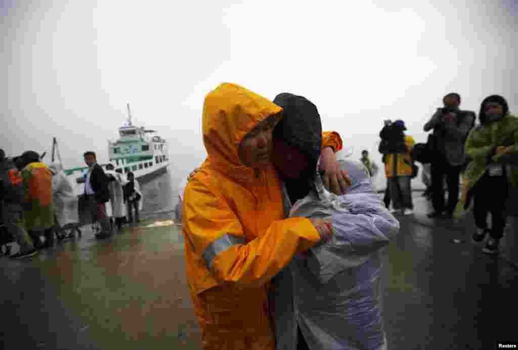 18일 여객선 세월호 침몰사고 수습 현장인 전라남도 진도군 팽목항에서 실종자 가족들이 애타게 구조 소식을 기다리고 있다.