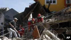星期一救援人員在土耳其凡省的地震災區搶救幸存者