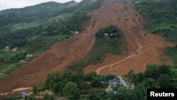 中國貴州省六盤水市水城縣雞場鎮坪地村岔溝組2019年7月24日發生山體滑坡,圖片中可以看到救援人員和帳篷。