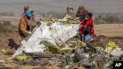 Rescatistas trabajan en el lugar donde se estrelló un avión de Ethiopian Airlines, cerca de Bishoftu, o Debre Zeit, al sur de Adís Abeba, Etiopía, el 11 de marzo de 2019.