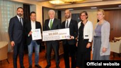 Crnogorski premijer Duško Marković sa peticijom za ulcinjsku Solanu (rtcg.me)