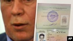 Luật sư Nga Anatoly Kucherena trưng giấy tờ Nga cho phép Snowden tị nạn tạm thời, trong khi nói chuyện với phóng viên báo chí, 1/8/13