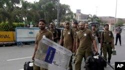 پولیس کے دستے لاہور ایئرپورٹ کے نزدیک اپنی پوزیشنز سنبھالنے کے لیے آرہے ہیں۔