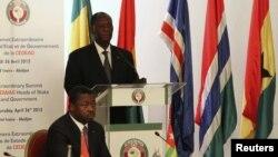 Pemimpin ECOWAS dan Presiden Pantai Gading Alassane Ouattara didampingi presiden Togo, Faure Gnassing memimpin rapat ECOWAS terkait krisis Mali dan kudeta Guinea-Bissau (26/4).