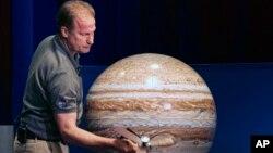 Rick Nybakken, responsable de Juno tient un modèle de l'orbite. Le voyage sur Jupiter, le 4 juillet 2016 (