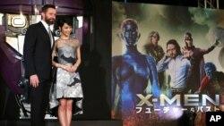 Aktor Australia yang berperan sebagai Wolverine (kiri) dan aktris Jepang, Ayame Goriki (kanan) yang memerankan tokoh Mystique dalam film X-Men versi Jepang berpose dalam penayangan perdana di Jepang, film X-Men: Days of Future Past, di Tokyo, 27 Mei 2014. (Foto: AP)