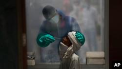 Testiranje na koronavirus u Nju Delhiju, Indiji ( Foto: AP/Manish Swarup)
