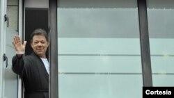 """""""Me estoy recuperando bien"""", dijo el Presidente Juan Manuel Santos este jueves al aparecer por la ventana de la habitación de la Fundación Santa Fe de Bogotá, para saludar a los periodistas y agradecer los mensajes en los que los colombianos le desean bue"""