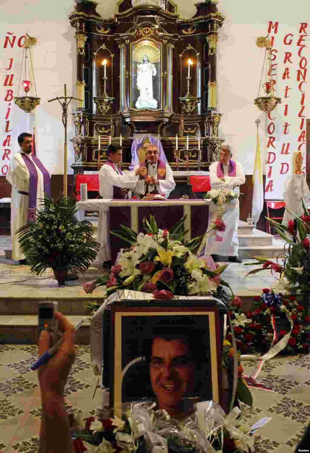 Durante los próximos días, varios libros de condolencias por la muerte de Payá permanecerán abiertos, a partir de la una de la tarde, en las iglesias de La Inmaculada en Hialeah, la Ermita de la Caridad, San Kevin y San Brenda.