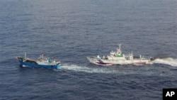 Brod japanske obalske straže približava se kineskom ribarskom brodu u Južnom kineskom moru