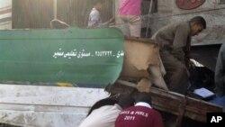 이집트 아시우트 지방의 만팔루트 마을 인근에서 발생한 충돌 현장에서 구조작업을 벌이는 주민들