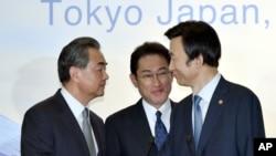 8月24日中日韓外長記者會後握手資料照。