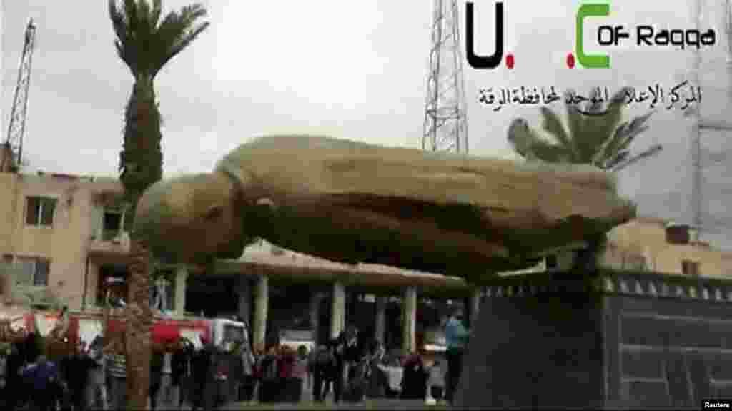 Suriya rahbari Bashar al-Assadning otasi, Hofiz al-Assadning haykali qulatildi