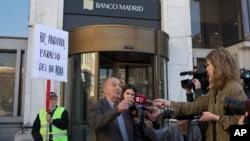 Un cliente del banco de Madrid, filial del Banco de Andorra, es entrevistado por periodistas el día de su intervención por parte de las autoridades en marzo pasado.