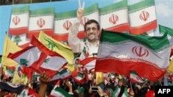 """Сторонники """"Хезболлы"""" принимают президента Ирана Махмуда Ахмадинежада в южноливанском городе Бинт-Джбейль. 14 октября 2010г."""