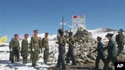 於2006年10月30日在中國實際控制線一側舉行邊界會議﹐印度軍方代表團(右)﹐步行至中國軍方代表團(左)的一方。